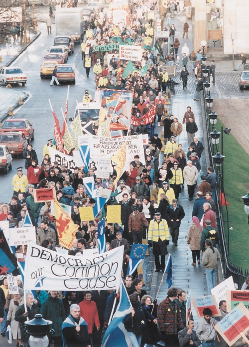 The massive 'Scotland Demands Democracy' demonstration at the European Summit held in Edinburgh, December 11 and 12, 1992. Over 25,000 people participated and endorsed the Democracy Declaration of Scotland, read by the actor Sean Connery | Photo courtesy of Alan Miller (Click to enlarge)