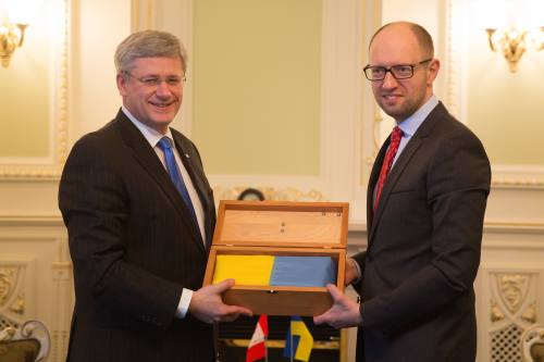 Kyiv, Ukraine – Prime Minister Stephen Harper presents Arseniy Yatsenyuk, Prime Minister of Ukraine, with the Ukrainian flag that flew over Parliament Hill in Ottawa to demonstrate solidarity with the people of Ukraine. (PMO photo by Jason Ransom)