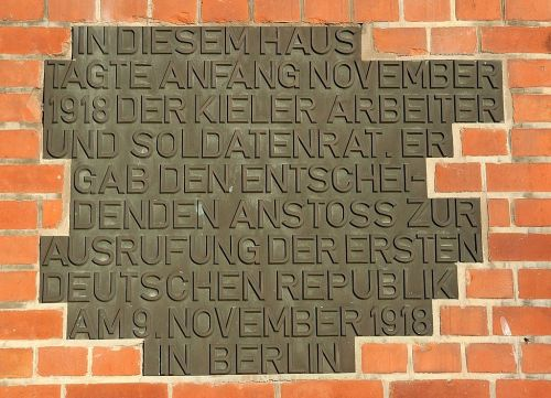 Plaque at the union house in Kiel saying that the workers' and soldiers' council gathered here during the sailors' mutiny and gave the decisive impulse for the proclamation of the first German republic (Click to enlarge)