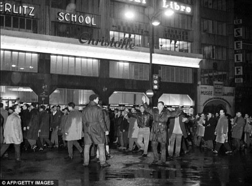 1961.Algerians in street.634x470
