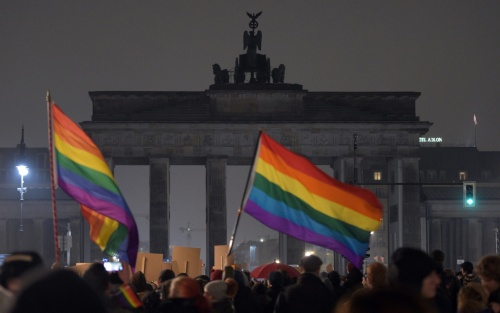 The illumination of the Brandenburg Gate is switched off to make a statement against racism in Berlin | Rainer Jensen/EPA