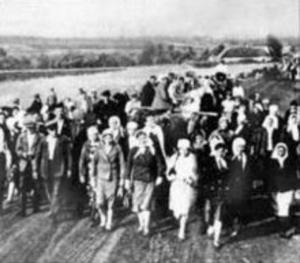 Ukrainians being deported to Germany to serve as slave labour (OST-Arbeiter), 1942 from Cherkassy region | wikimedia.org