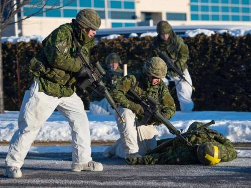 Reservists in action in an industrial sector of Laval during exercise QUORUM NORDIQUE 2016, January 24, 2016. (Canadian Army)