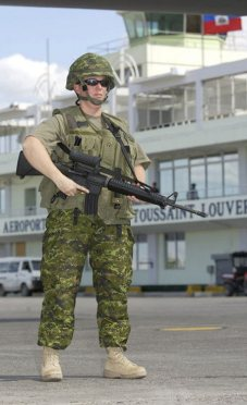 Canadian troops deployed in Port-au-Prince on the day of the coup. Abiove, a soldier at Toussaint Louverture Airport
