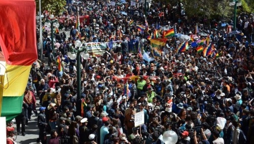Bolivians march through the streets of La Paz to hand deliver their request that term limits for the president and vice-president be eliminated, September 17, 2015 | ABI