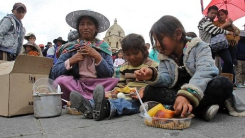 Residents of La Paz participate in a community meal on December 12, 2015 | EFE