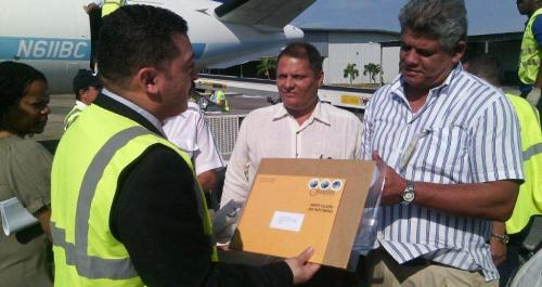 Cuban officials receive letters from the first direct mail flight in 50 years from the U.S. to Cuba, March 16, 2016. (J. Vidal)