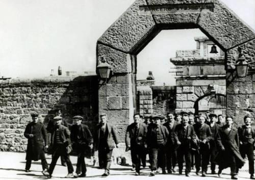 1914-18-BritainConscObjectoreLEavingDartmoorPrisonCr