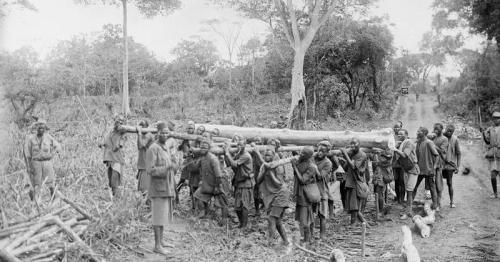 1918.01.00-ChikukweSwampAfricanPorters2ndRoadCorps-worldismycountry